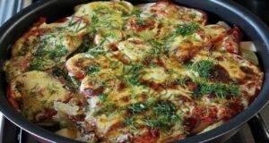 Много вкусни, млади тиквички, запечени с доматен сос