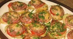 Оригинална и обилна вечеря - Картофи, запечени с месо и домати