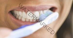 Почистете зъбите си с тази домашна лечебна паста