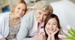 Защо бабата по майчина линия е толкова важна за детето?