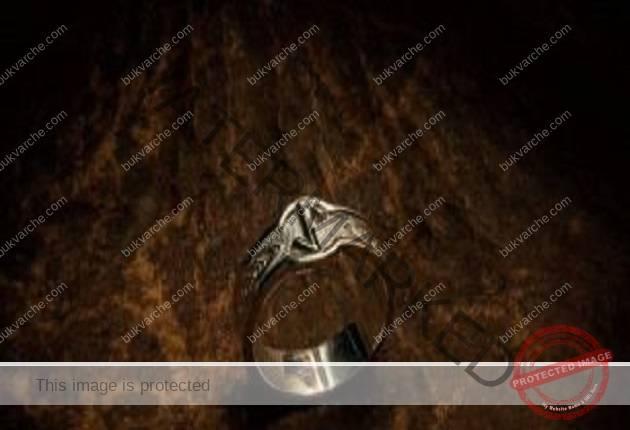 Някои хора свалят пръстена от починалия: Ето за какво го използват