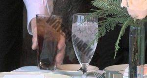 Вижте защо не бива да се вдига наздравица с чаша вода!