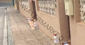 Бутилки с вода пред входната врата - ето за какво помагат