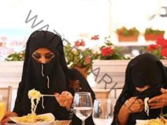Как арабските жени се хранят на обществени места?