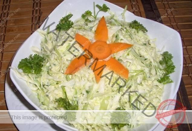 Крем салата с прясно зеле - подходяща за всички видове месо