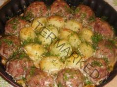Кюфтенца с картофи в доматен сос със сметана
