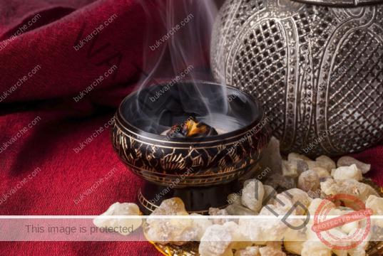 Тамян и восъчна свещ за почистване на негативната енергия
