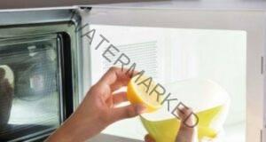 Почистване на микровълновата фурна с вода и лимон