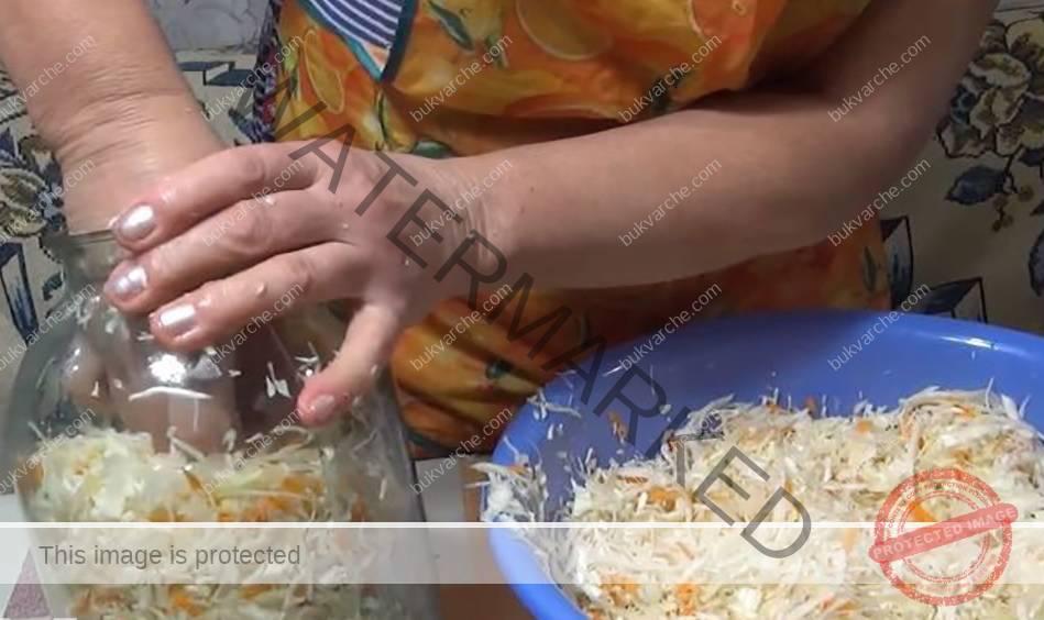 Кисело зеле с моркови и морска сол в буркан за зимата