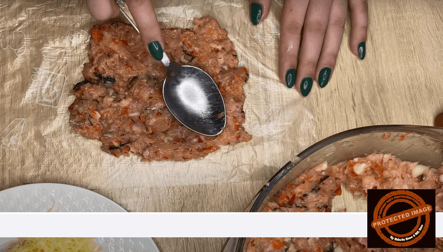 Рулца с кайма, зеленчуци и заквасена сметана на фурна