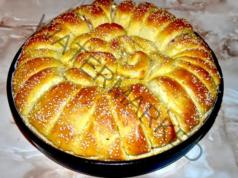 Домашна питка с пълнеж от сирене и златна коричка