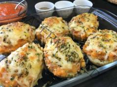 Пълнени картофи с кайма, доматен сос и кашкавал