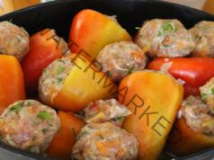 Пълнени чушки в сос със заквасена сметана и доматено пюре