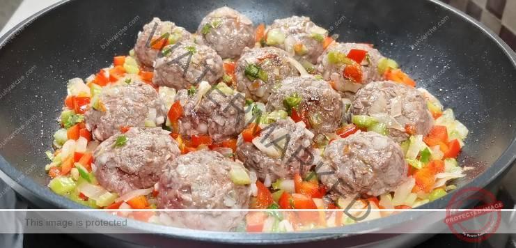 Ориз с кюфтенца и зеленчуци на тиган за вечеря