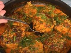 Кюфтета в доматено-сметанов сос с гарнитура от картофи