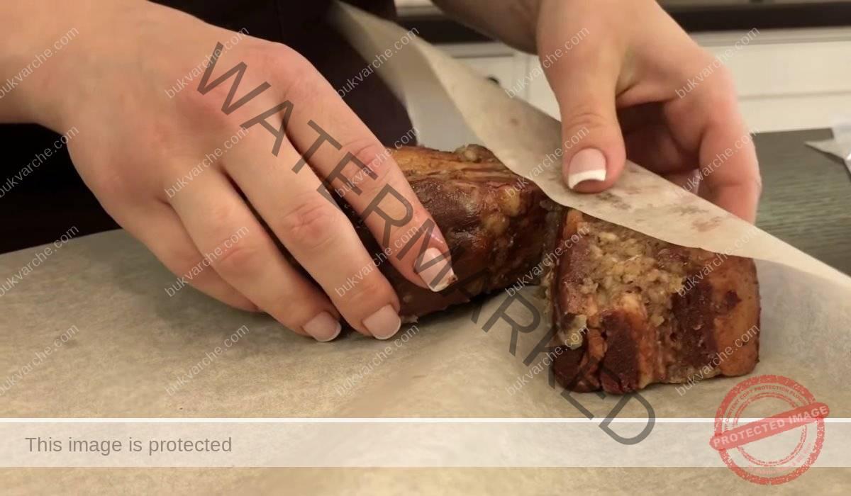 Варена сланина с чесън, лукови люспи и черен пипер