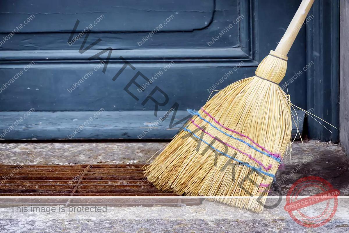 Почистване на лошата енергия с ритуали с метла