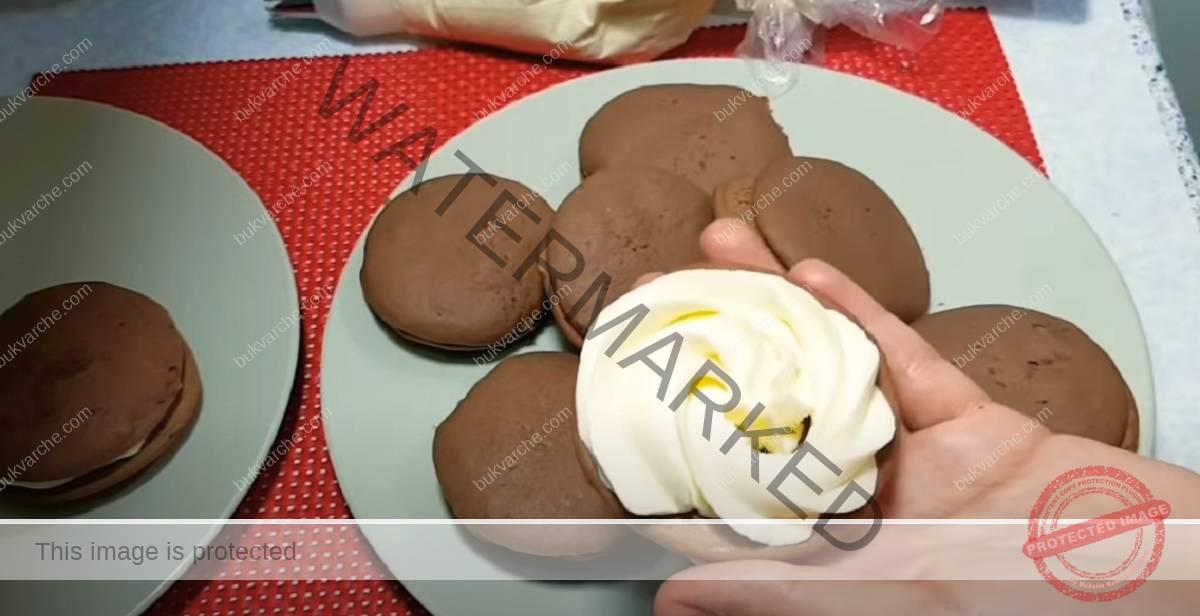 Домашни какаови бисквити с нежен сметанов крем