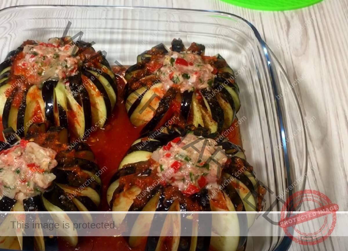 Ястие от патладжан и кайма в доматен сос на фурна