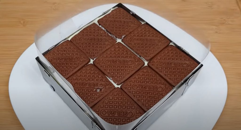 Домашна торта с глазура и шоколадови бисквити
