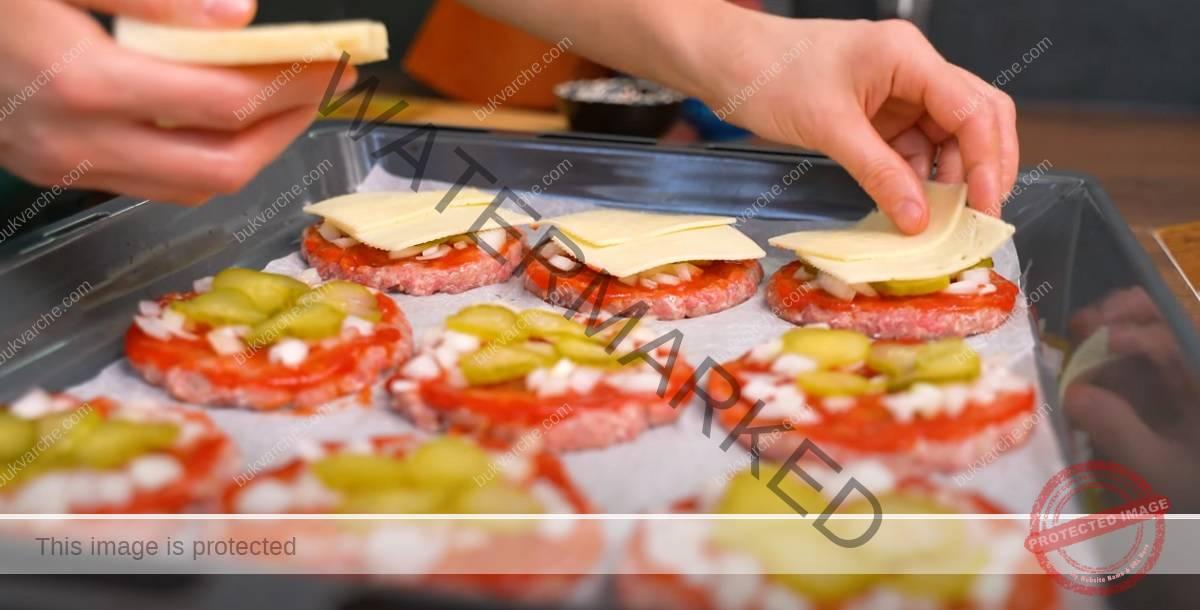 Кюфтета с кашкавал и кетчуп на фурна - сочно и вкусно
