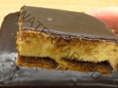 Вкусен сладкиш с извара, бисквити и шоколадова заливка