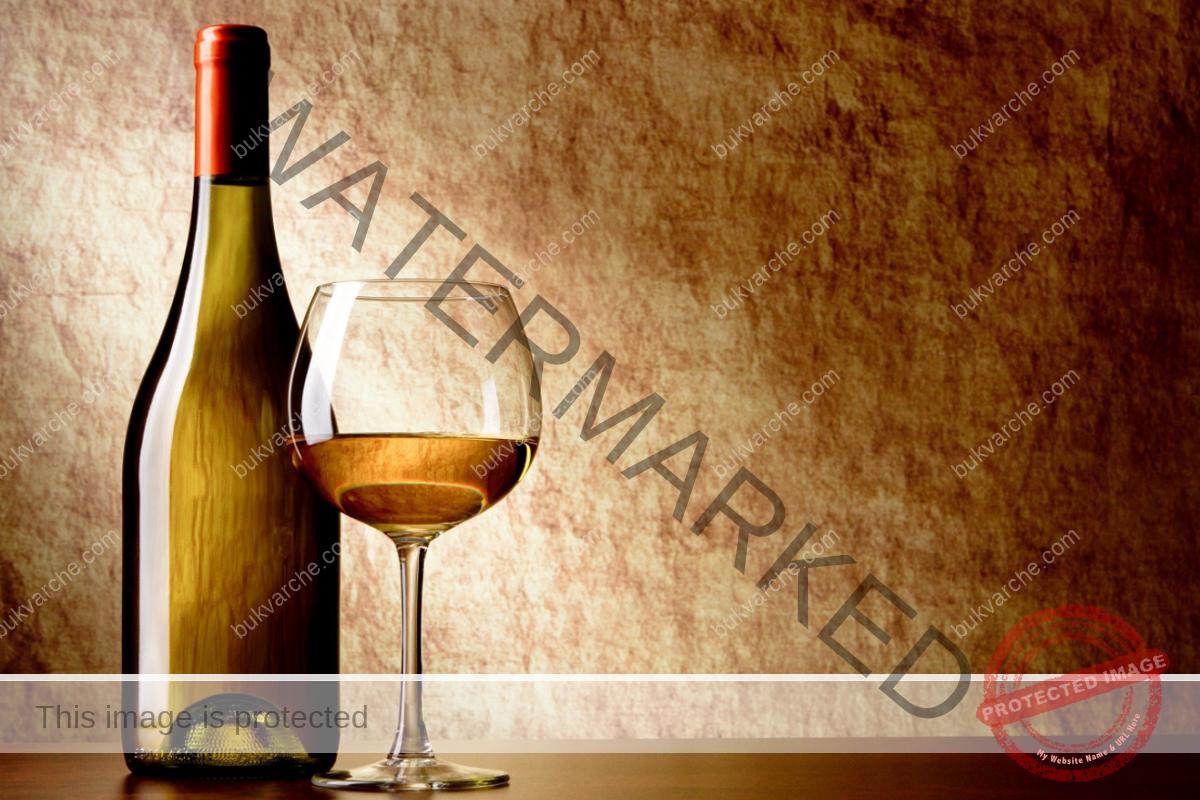 Празна бутилка на масата привлича бедност в дома