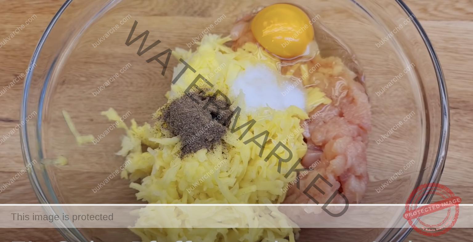 Кюфтенца от пилешко месо и картофи в доматен сос