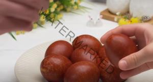 Боядисване на яйцата с лукови люспи. Лесно и безвредно