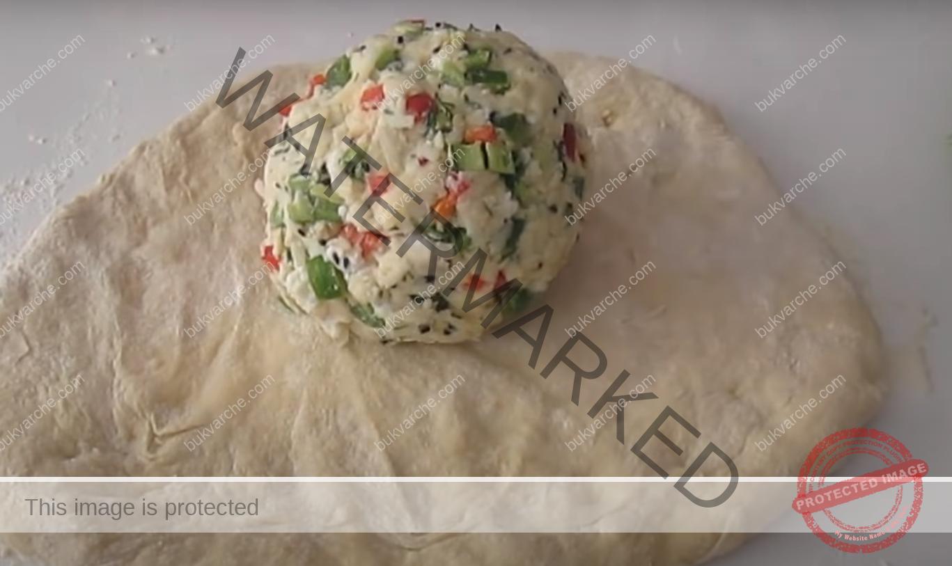 Пица с 2 вида сирене - вкусна и засищаща идея за вечеря