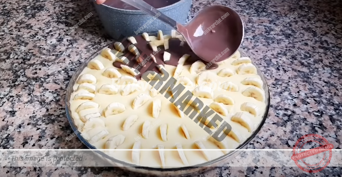 Бананов сладкиш с шоколадова глазура за кафето