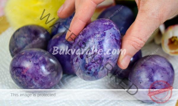 Красиво боядисани яйца за Великден с естествени средства