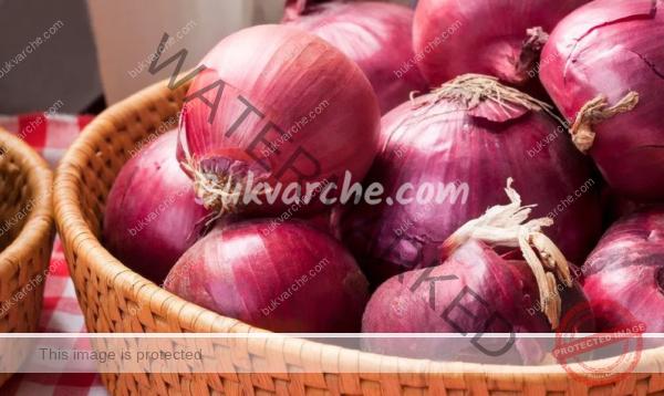 Сокът от червен лук лекува инфекциите и болките в гърлото