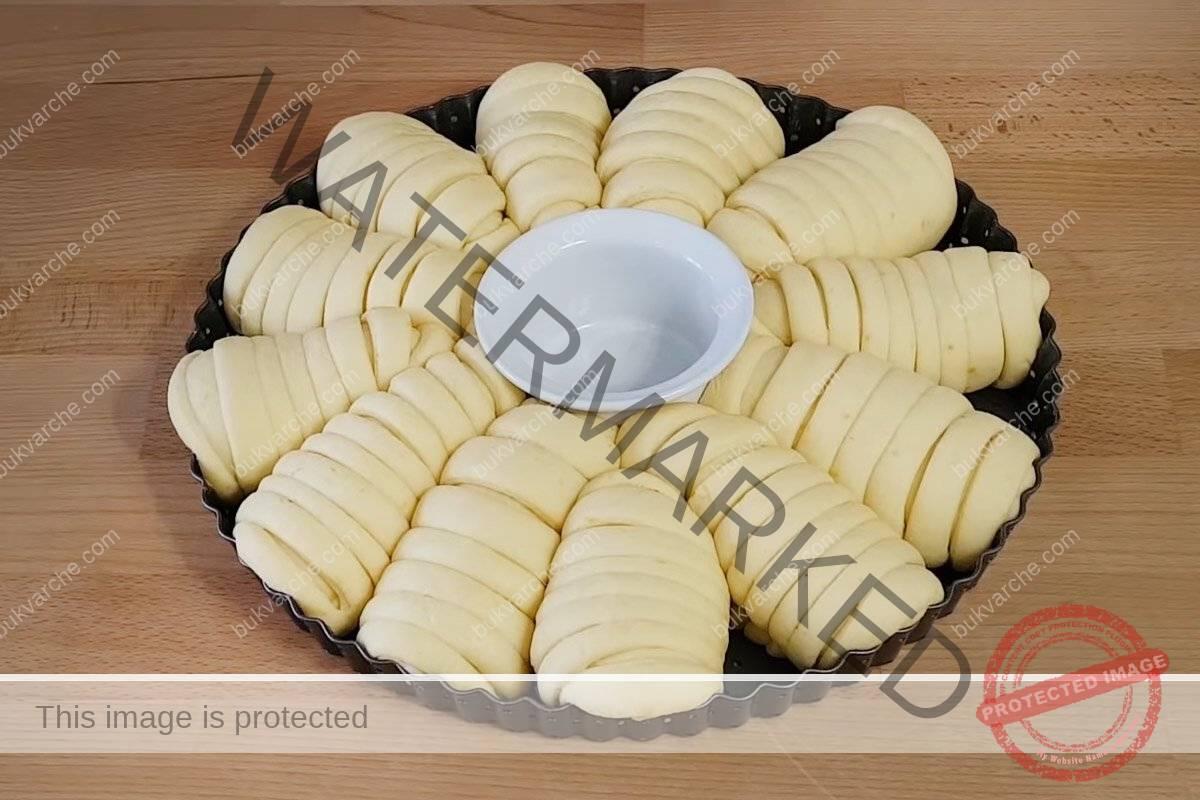 Сладкиш за празничната трапеза с пълнеж и интересна форма