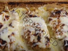 Пилешки гърди в сос от кисело мляко и чесън на фурна