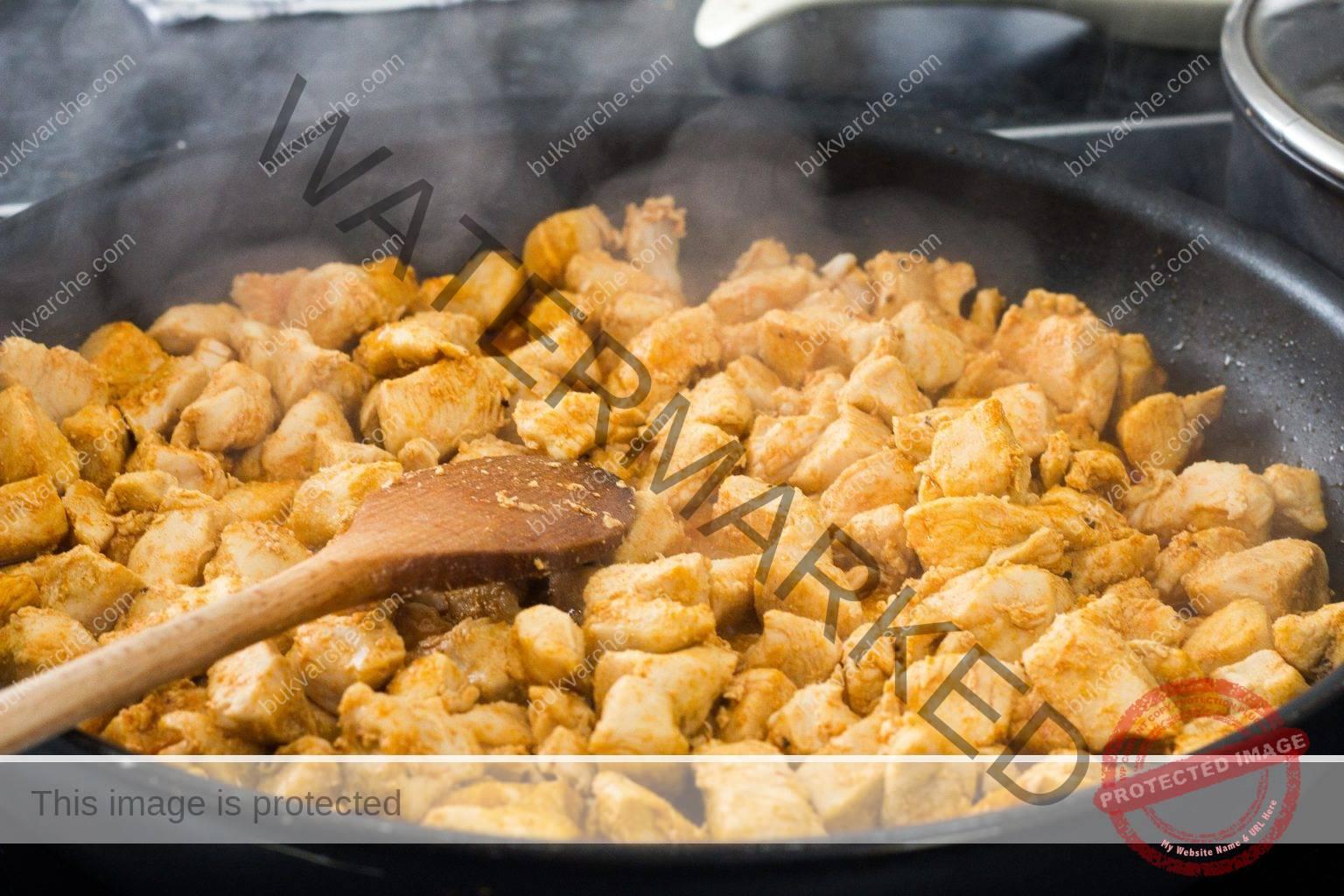 Пилешко месо в сос на тиган - вкусен обяд за нула време