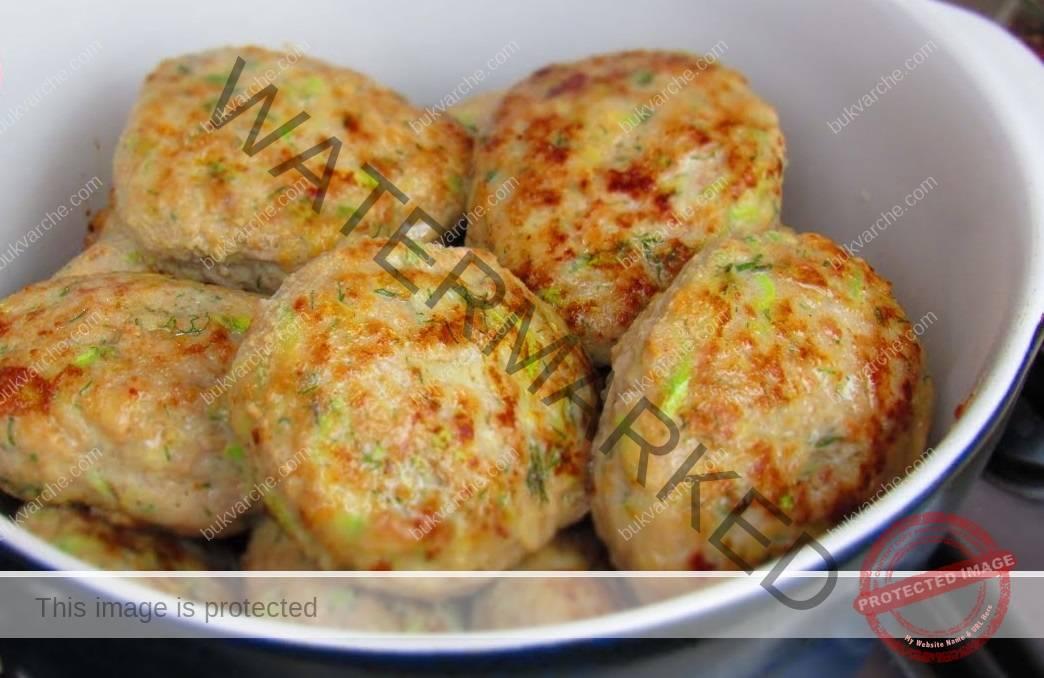 Кюфтета от пилешка кайма и тиквички - по-сочни от класическите