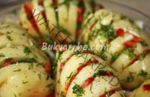 Картофи-акордеон с пълнеж от гъби и домати на фурна