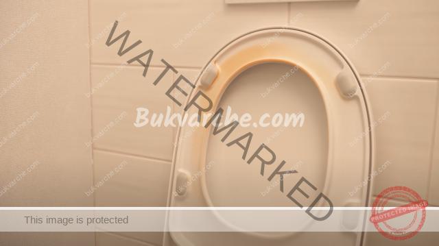 Почистване на тоалетната седалка от жълтите петна