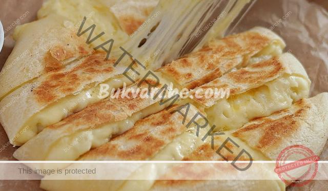 Плосък хляб с пълнеж от картоф и сирене. Ароматен и вкусен