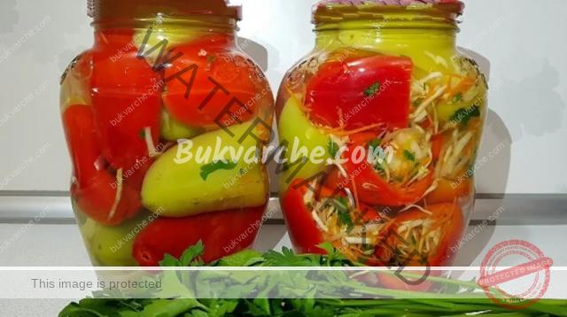 Пълнени чушки със зеленчуци в буркани за зимата
