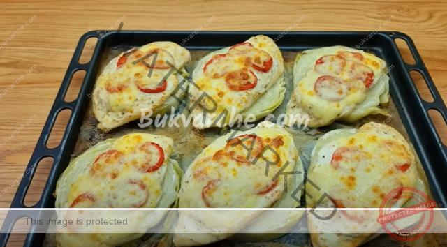 Рецепта за пилешки гърди върху филийки от зеле